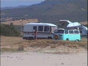При поднятой крыше, в этом фургоне образуется 4 спальных места.